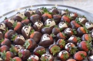 strawberries_red_damask_cake3708