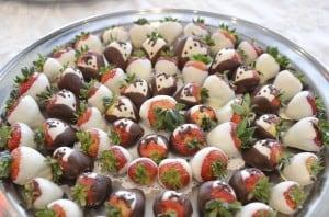 strawberries_red_damask_cake3713